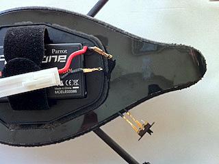 端子とリード線を介して電源スイッチに接続