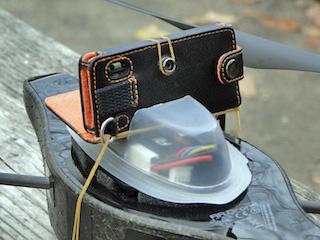 iPod nanoの固定には、男前豆腐のパッケージを利用